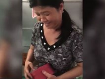 Rớt nước mắt nhìn vẻ hạnh phúc của mẹ khi con gái tặng quà