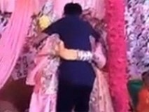 Bị ép lấy người không yêu, cô dâu ôm chặt bạn trai cũ khóc như mưa trong đám cưới