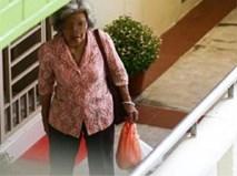 Mẹ già mỗi ngày đi xe buýt mang đồ ăn cho con gái góa chồng và thái độ của cô khiến mọi người phẫn nộ
