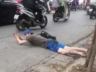 Thanh niên ngoại quốc nằm ra lòng đường 'tập bơi' sau khi thử điếu cày ở quán nước vỉa hè