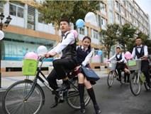Nam sinh 'trường người ta' khiến bao cô nàng ghen tị: Thuê xe đạp, cột bóng bay đèo các bạn nữ nhân ngày 'Con gái' 7/3