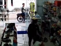 Giữa ban ngày, đôi nam nữ thản nhiên vào cửa hàng cướp điện thoại trên tay bé gái