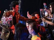 Trấn Thành, Hoài Linh khiến hàng trăm khán giả nữ phấn khích với màn tặng hoa cực ga-lăng