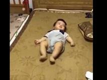 Em bé trườn ngược nhanh như chớp