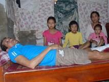 Chồng bị tai nạn nằm một chỗ, một mình vợ đi bốc gạch thuê nuôi 3 con thơ dại cùng cha mẹ chồng già yếu