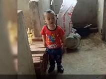 Cậu bé đứng đấu khẩu với chú chó khiến cư dân mạng cười bò