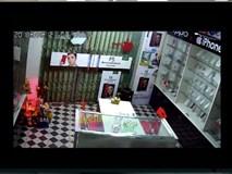 Video: 2 kẻ trộm bẻ khóa cửa hàng điện thoại và cái kết gay cấn đến tận giây cuối cùng