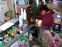 Cô gái lao người qua quầy hàng đuổi theo tên cướp xe máy