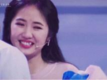 Cô gái xinh đẹp bật khóc khi được soái ca điển trai tỏ tình trên sóng truyền hình