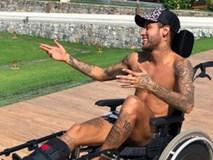Ngồi xe lăn đóng giả Stephen Hawking, Neymar bị