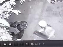 Clip: Nữ ninja nửa đêm đi ăn trộm cầu sắt để dắt xe bị camera an ninh ghi lại toàn bộ