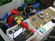 Thản nhiên trộm điện thoại ngay cửa hàng sửa chữa vì chủ hớ hênh
