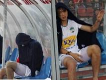 Bức ảnh Tuấn Anh gục đầu, khóc nức nở vì chấn thương khiến fan hâm mộ đau lòng xót xa