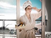 Chỉ diện áo choàng tắm mà Lý Nhã Kỳ, Angela Phương Trinh vẫn đẹp xuất sắc