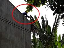 Nam thanh niên nghi ngáo đá leo lên nhà dân cố thủ nhiều giờ, cầm gạch chống trả công an