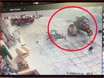 Video: Người phụ nữ bị 4 đối tượng áp sát giật dây chuyền ngã bổ nhào ra đường khi đang dừng xe mua hàng
