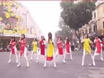 Nhóm bạn trẻ Việt mặc áo dài, cover hit quốc dân Kpop cực đẹp ngay giữa phố đi bộ