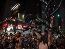 Khỏa thân đạp xe để kêu gọi nâng cao ý thức giao thông