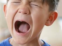 Khi trẻ đang đùng đùng tức giận, cách làm đơn giản này giúp bé hạ hỏa nhanh đến không ngờ