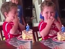 Bé trai 2 tuổi khóc òa đau khổ trong ngày sinh nhật vì sợ... già đi