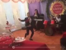 Chú rể trổ tài múa côn nhị khúc điêu luyện khiến khách mời tưởng bị Lý Tiểu Long 'nhập'