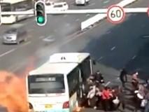 Xe buýt đang chạy thì phát nổ, hành khách giẫm đạp lên nhau thoát thân