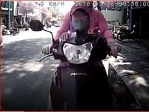 Clip: Nữ ninja chở con nhỏ phía trước bình thản đâm thẳng vào đuôi ô tô đang dừng đỗ
