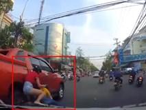 Tạt đầu ô tô, 4 người trên xe máy ngã nhào ngay sát bánh ô tô khác