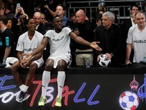 Mourinho dẫn dắt Usaint Bolt đối đầu đội của Maradona