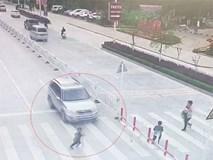 Mẹ mải dán mắt vào điện thoại, con trai chạy qua đường bị ôtô tông trực diện