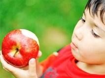Từ bài học quả táo mẹ dạy khi bé, người thành công vang dội, kẻ vào tù ra khám