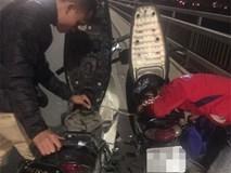 Thấy vợ chồng trẻ dắt xe máy trên cầu Nhật Tân, chàng trai xứ Nghệ liền dừng lại để hút xăng từ xe mình cho người bạn xa lạ