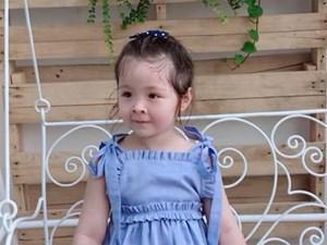 Cadie mặc váy điệu đà, nữ tính khi đi thăm vườn