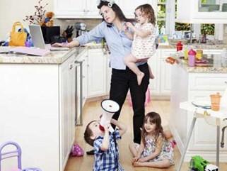 Tưởng vợ ở nhà trông con là nhàn nhã, rớt nước mắt khi đọc lá đơn vợ để lại