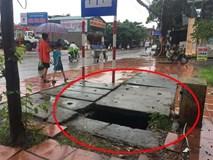Học sinh tiểu học rơi xuống cống sâu trước cổng trường