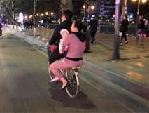 Bức ảnh đôi vợ chồng ôm con thơ dạo phố cuối tuần trên chiếc xe đạp, giản dị vậy thôi mà bao người rưng rưng