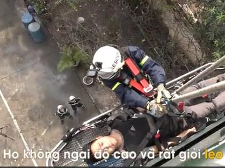 Xem 5 cô lính cứu hoả đu dây cứu người ở Hà Nội