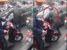 Xảy ra va chạm, người đàn ông đi xe máy tức giận đạp rồi bẻ gương ô tô