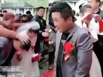 Bất ngờ bị vị khách vô duyên dúi đầu xuống bắt làm lễ, cô dâu òa khóc đòi bỏ về không cưới xin gì nữa