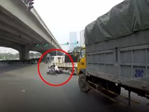 Clip: Người đàn ông chạy xe máy 'drift' thẳng vào gầm xe tải rồi thoát chết trong gang tấc