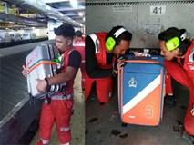 Bị phàn nàn nhiều về việc ném, quăng quật hành lý của khách, nhân viên hàng không chụp hình hôn từng chiếc vali một