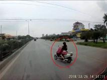 Ninja đèo con nhỏ biểu diễn kỹ năng vừa đi xe vừa cởi áo khiến hai mẹ con suýt mất mạng