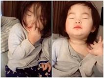 Ngủ gật nhưng phát hiện bị quay lén, bé gái phản ứng bất ngờ khiến ai cũng bật cười