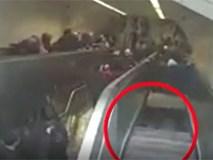Cận cảnh người đàn ông bất ngờ bị thang cuốn 'nuốt chửng' ở ga tàu