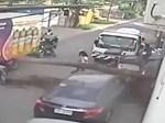Cành cây gãy đè bẹp ô tô, 4 người may mắn thoát nạn thần kỳ-1