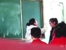 Clip: Giáo viên tát tới tấp nữ sinh trên bục giảng gây phẫn nộ