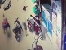 Cô gái bị người đàn ông dí vật lạ vào cổ, uy hiếp cướp điện thoại giữa ban ngày