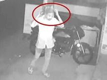 Tên trộm ngờ nghệch tự tin giấu mặt bằng túi nilon trong suốt rồi thản nhiên trộm cắp trước camera