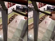 Lời cảnh báo bố mẹ đừng bao giờ cho con bám vào kính ở trung tâm thương mại