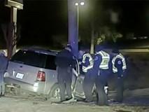 Mẹ lái xe chở 2 con đâm thẳng vào cột bê tông bên đường, khi con gái 7 tuổi tiết lộ lý do cảnh sát lập tức tống giam người mẹ